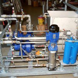 Pumpstation für eine Induktivhärteanlage mit dem Kreislauf für das Abschreckmittel und einer Pumpe für die externe Kühlung der Leistungselektrik